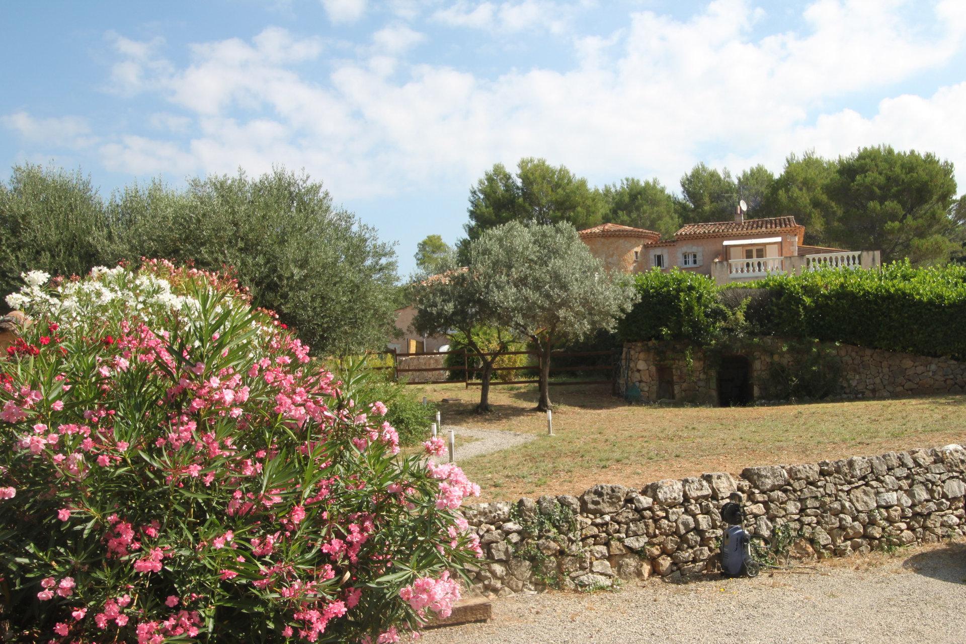 Ruime villa met gastenappartement, zwembad en tennisbaan