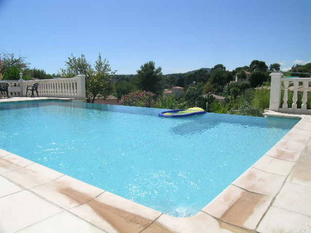 VILLA WITH POOL - LAND OF 1800 SQUARE METERS