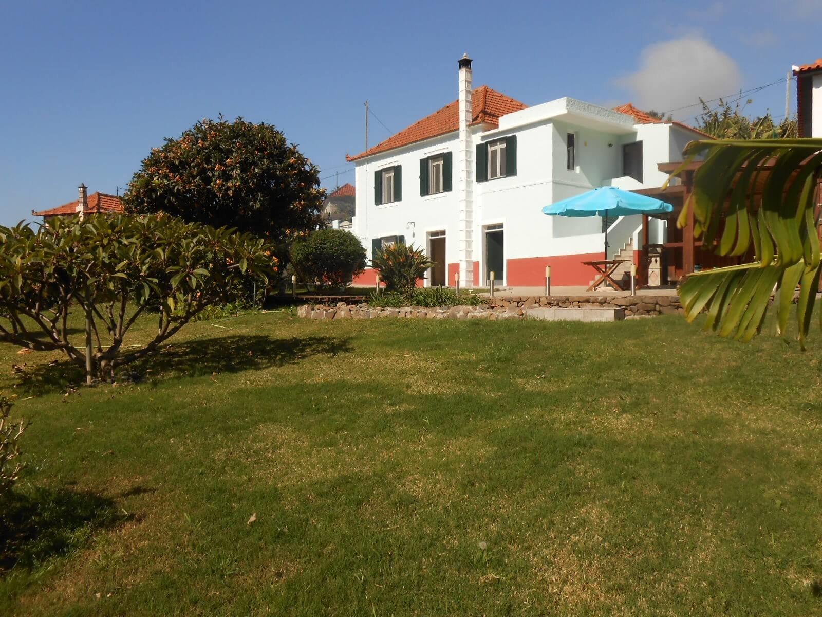 Maison traditionnelle Madérienne avec terrain plat et vue Océan et Montagnes.