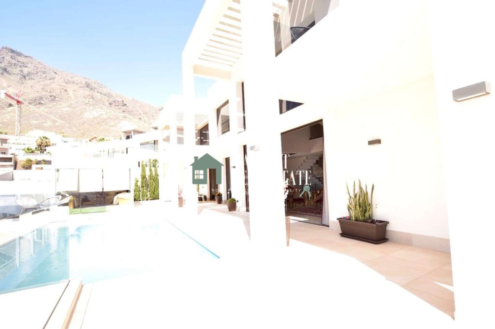 Magnificent independent house located in the exclusive area of Roque del Conde (Torviscas Alto) distributed over 3 floors and characterized by its decoration with authentic furniture.