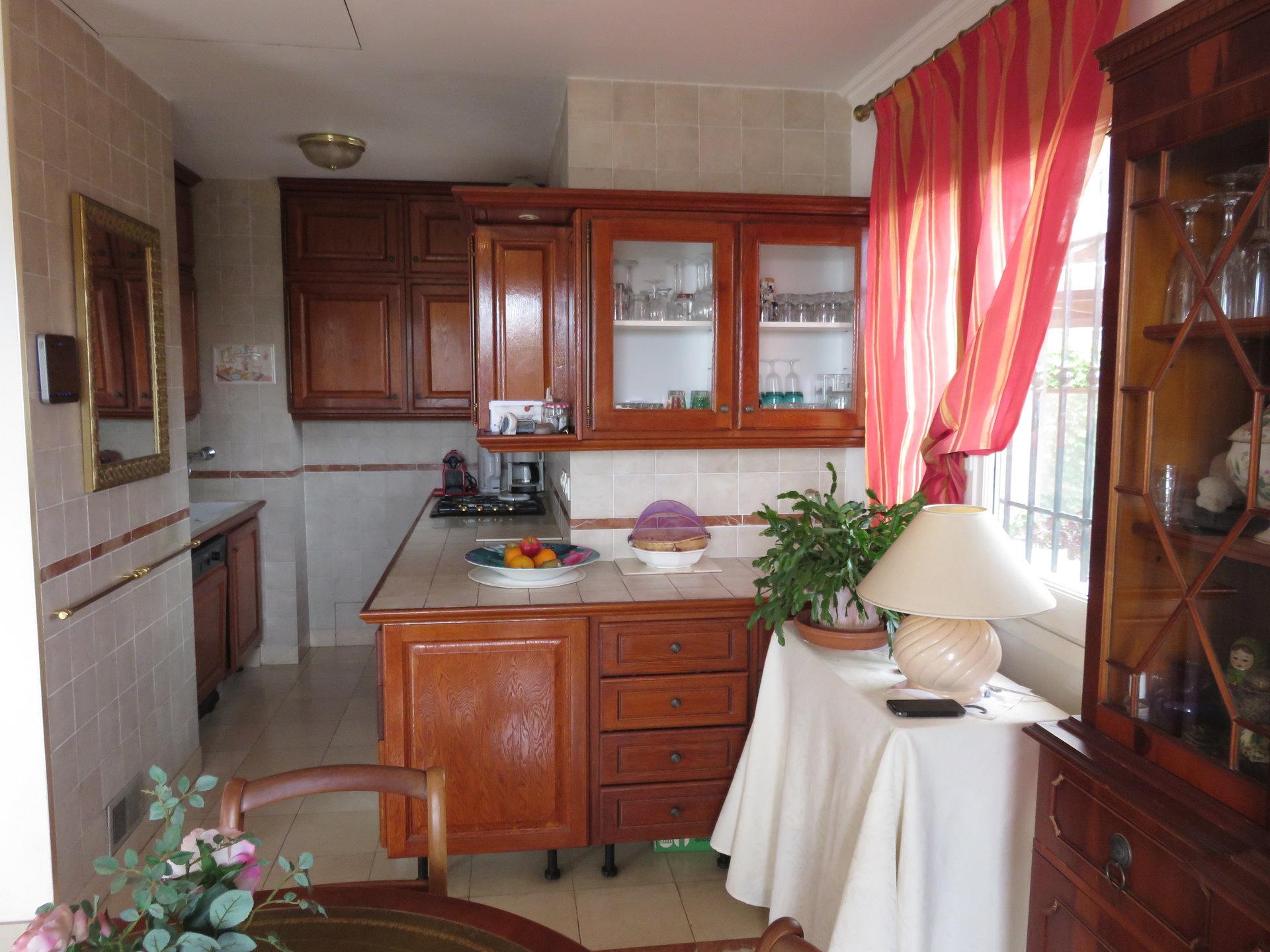 8-комнатная вилла и отдельная квартира