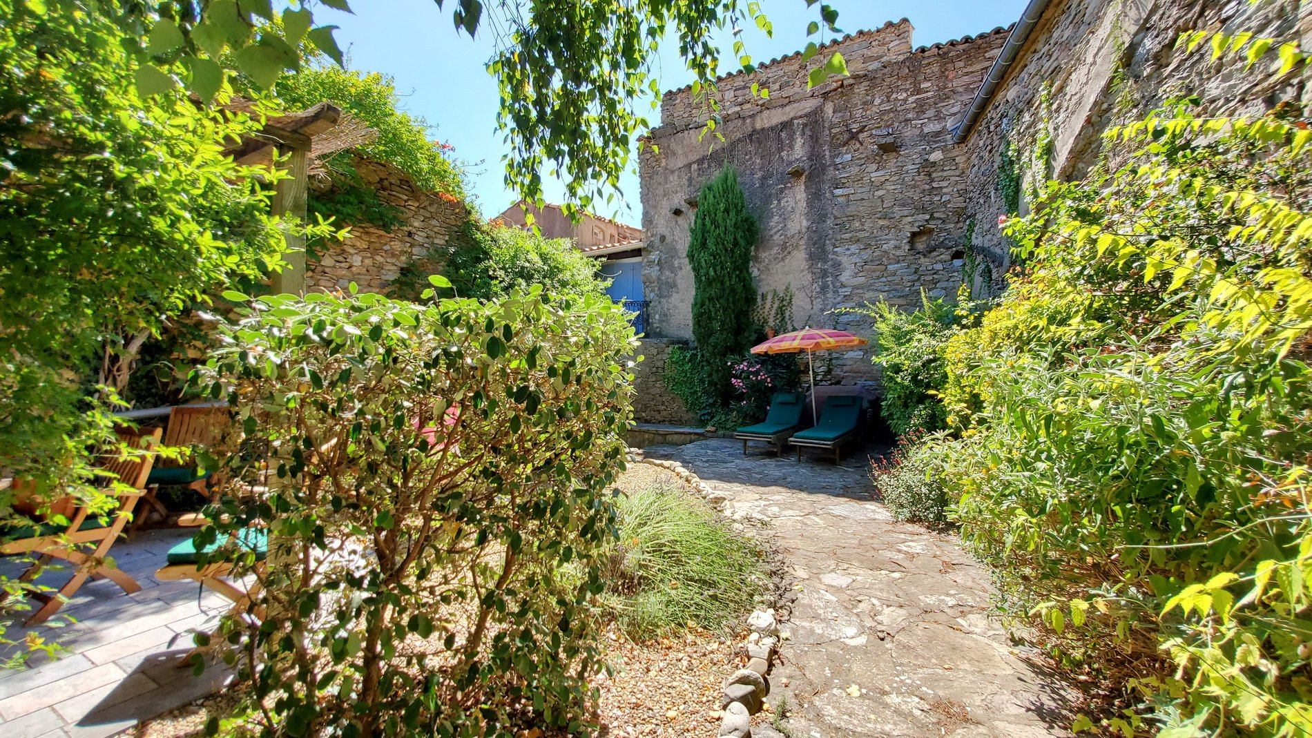 Charmigt byhus med trädgård och terrasser