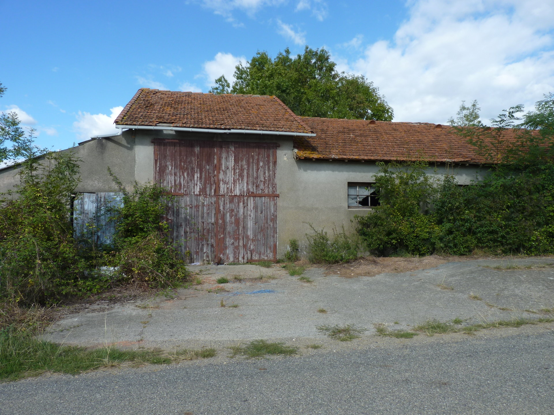 Group of old buildings on more than 2 hours of farmland