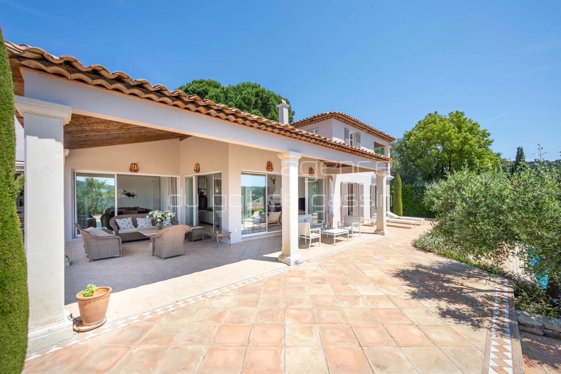 Magnifique villa avec piscine et vue dégagée dans un domaine sécurisé