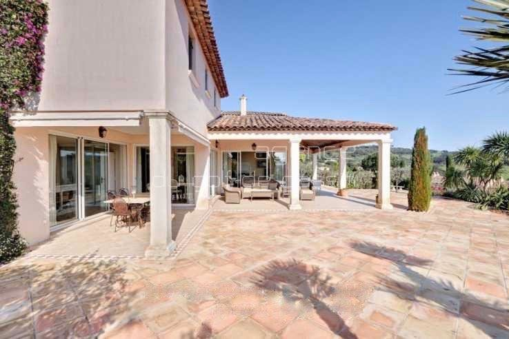 Magnificent villa with very nice view, on a secure domain