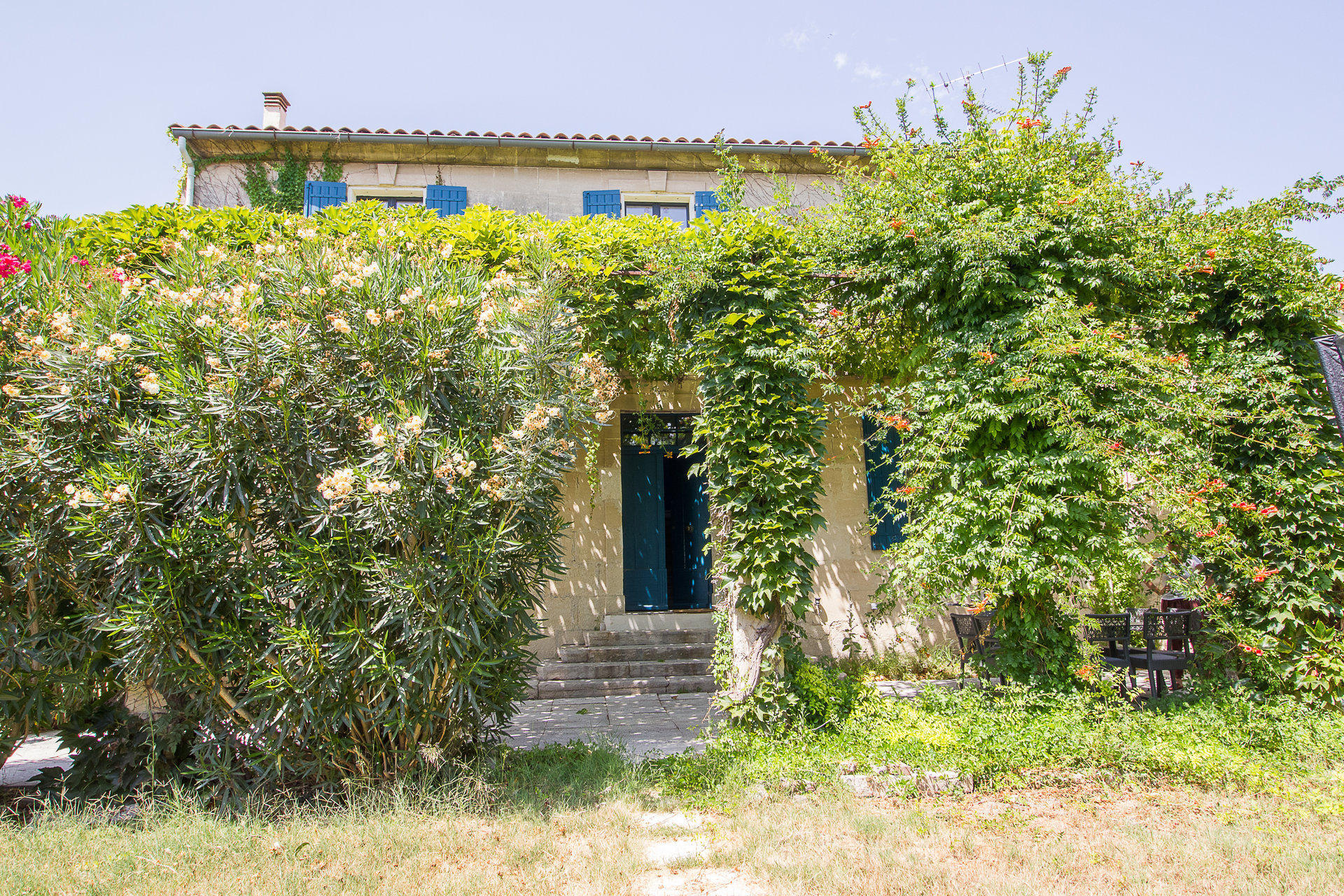 CHARMING MAS NEAR TARASCON IN EXCELLENT CONDITION