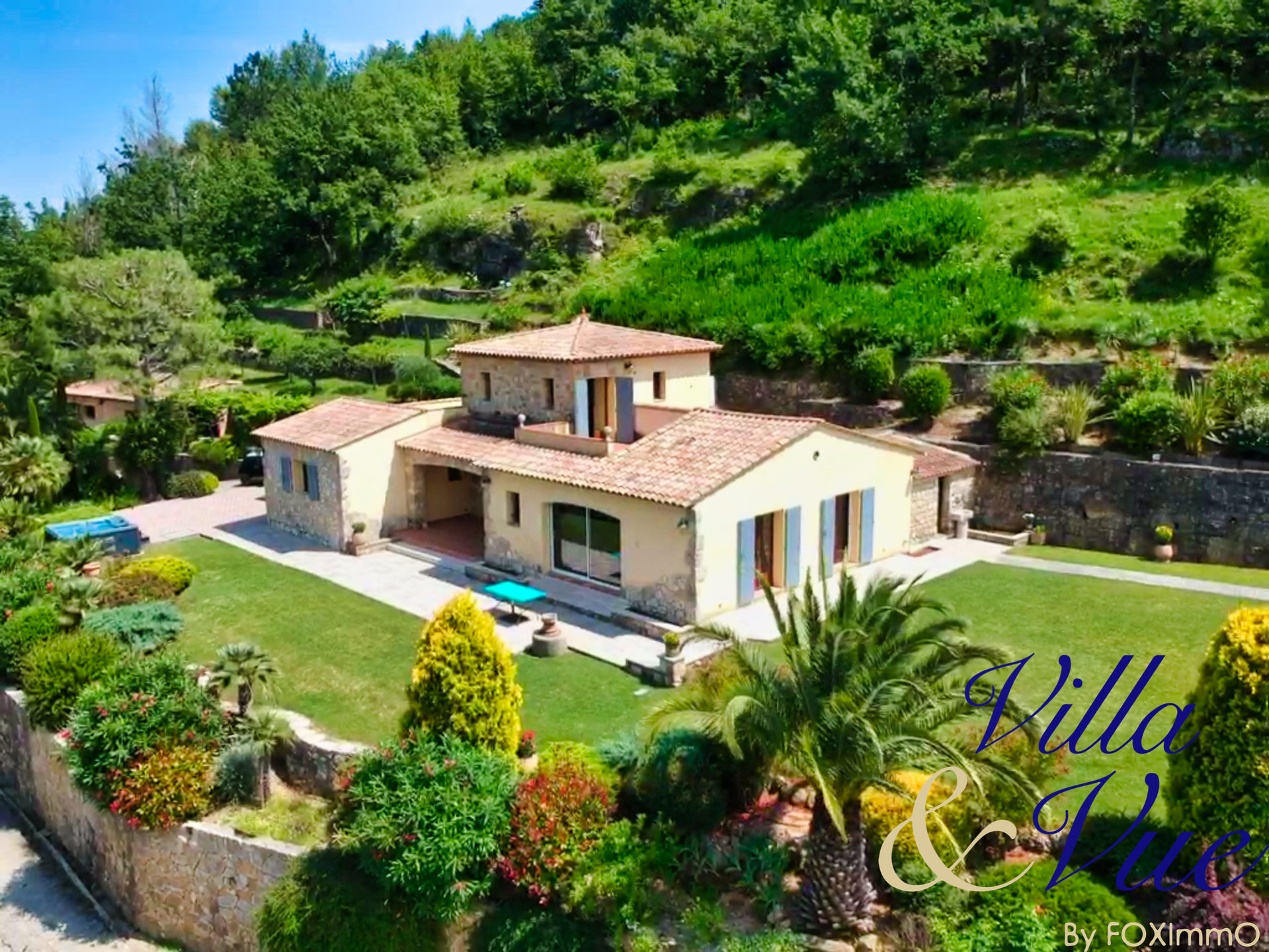 In a quiet environment , with an open view this house / villa (villa) of 160 m² (about 1720 ft²) has 5 rooms including 4 bedrooms.