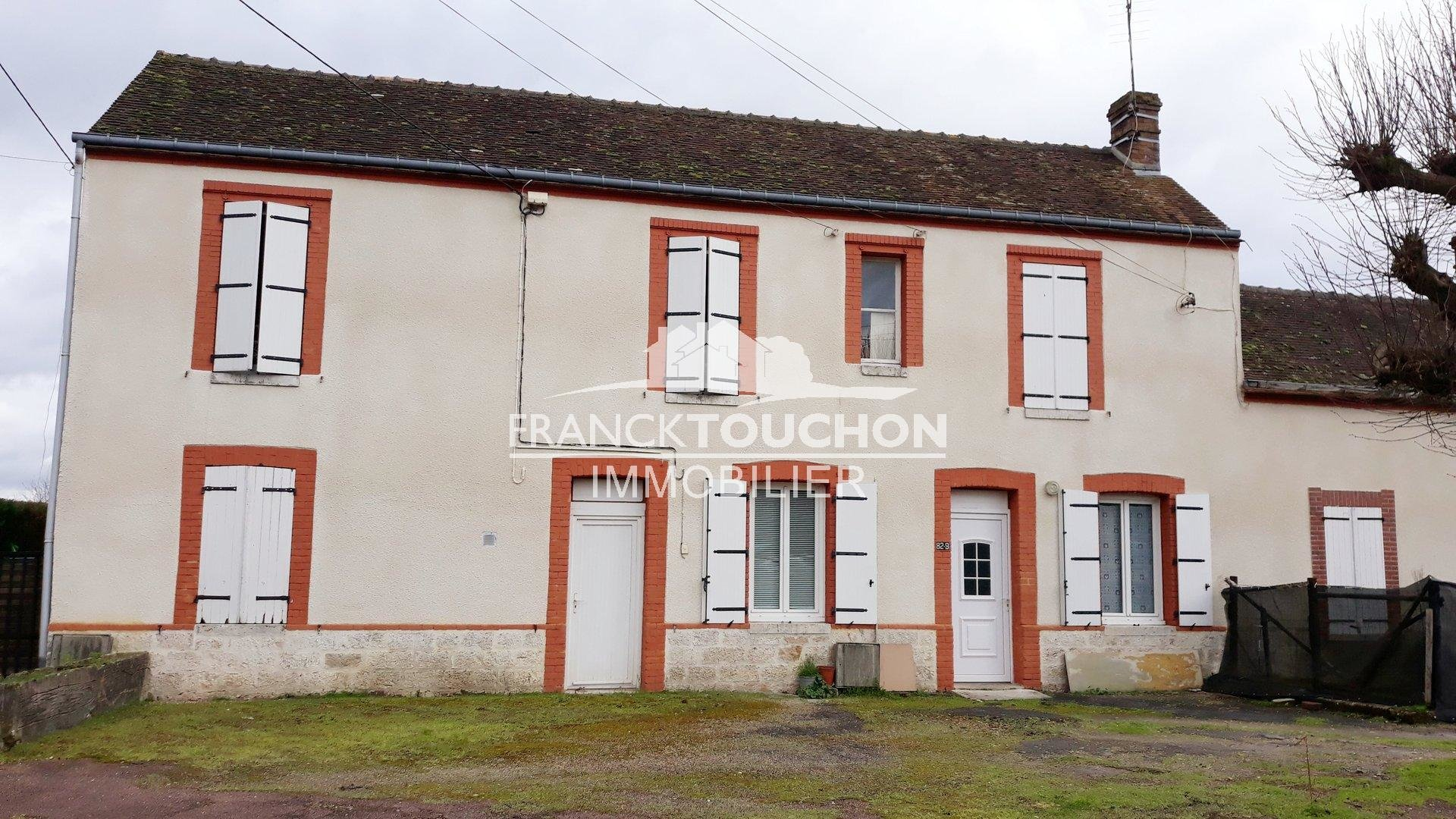 BEL IMMEUBLE de rapport à CHALETTE SUR LOING (Loiret) - 374 m² habitable environ - 9 appartements loués - grande cour et jardin (terrain de 1628 m²)