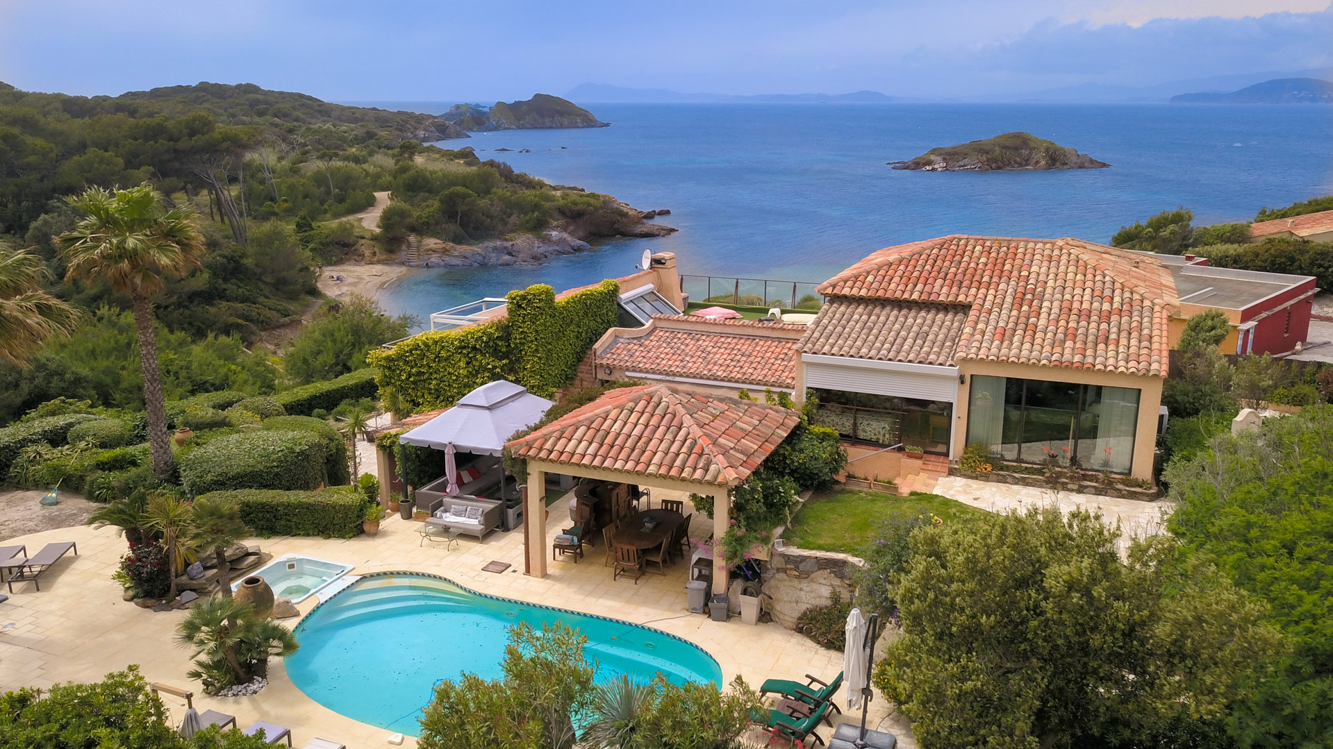 6 BEDROOM WATERFRONT FOR SALE IN GIENS
