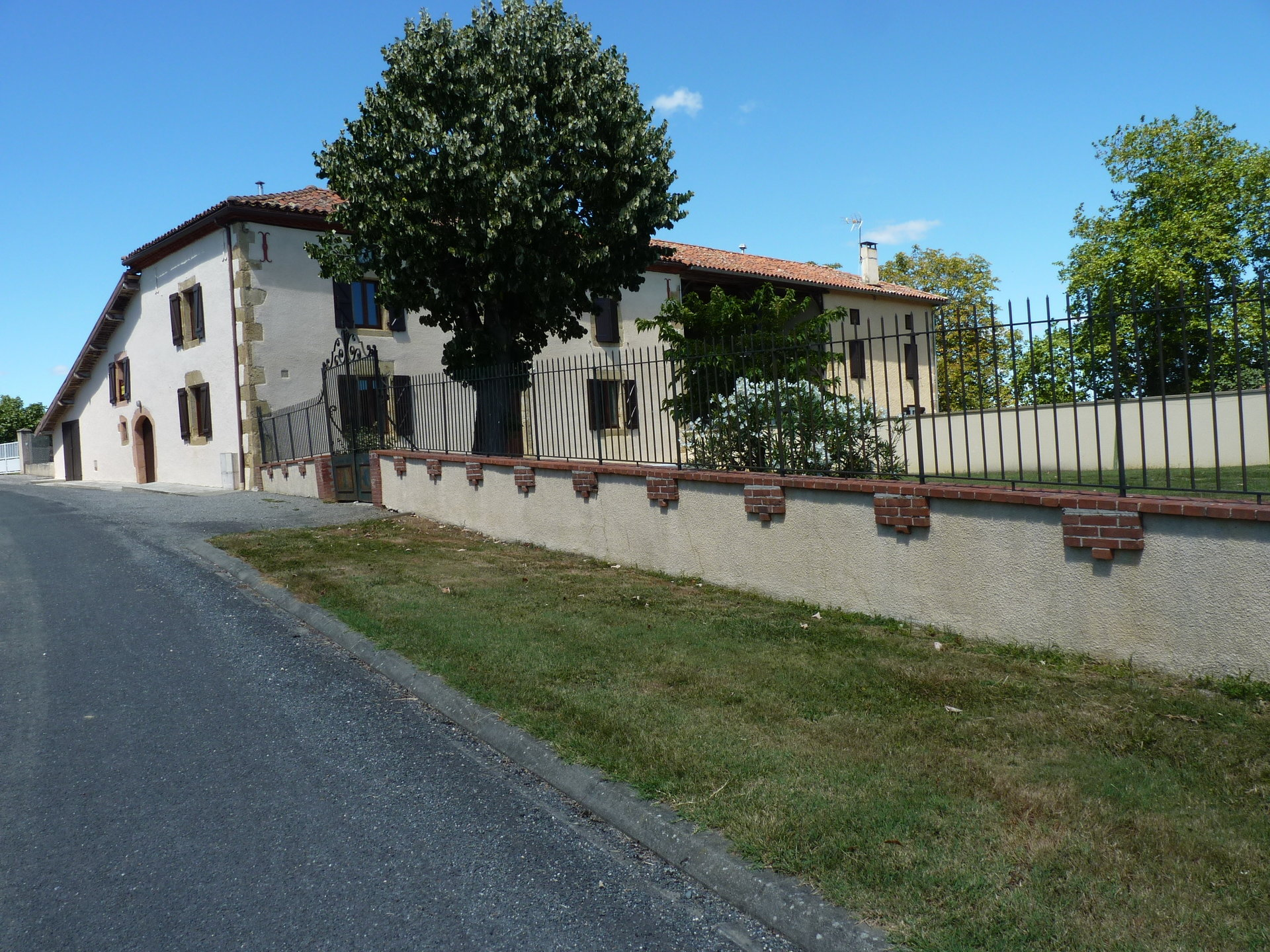 Close to Ciadoux, character house with small garden
