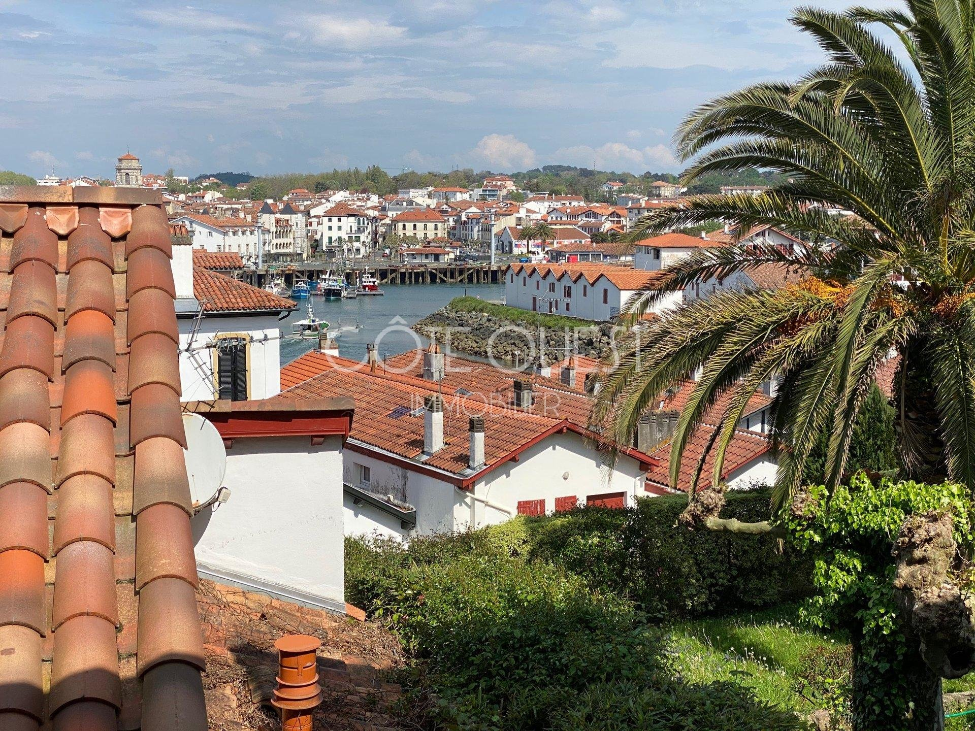 CIBOURE – A PROPERTY ENJOYING A VIEW OF THE OCEAN AND THE HARBOUR