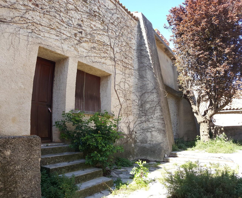 Deux maisons de village avec terrasse et cour.