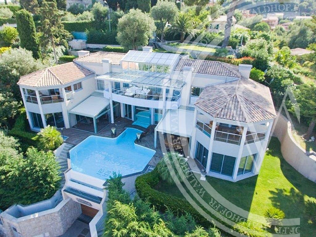 Luxurious Villa with unique indoor/outdoor pool & garage for 8 cars