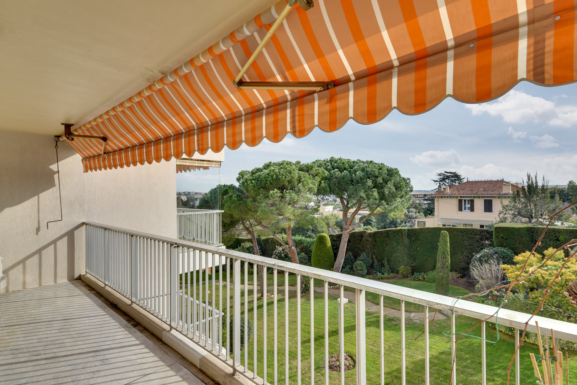 Golfe Juan – Stor 3-roms med terrasse i residens med pool og vaktmester nær sentrum og strand