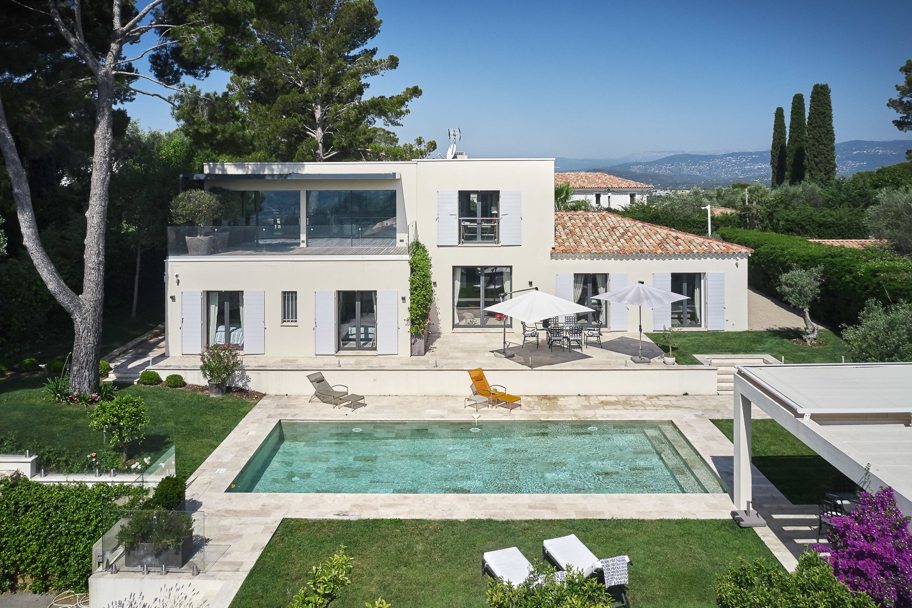 New contemporary villa with view on the old village.