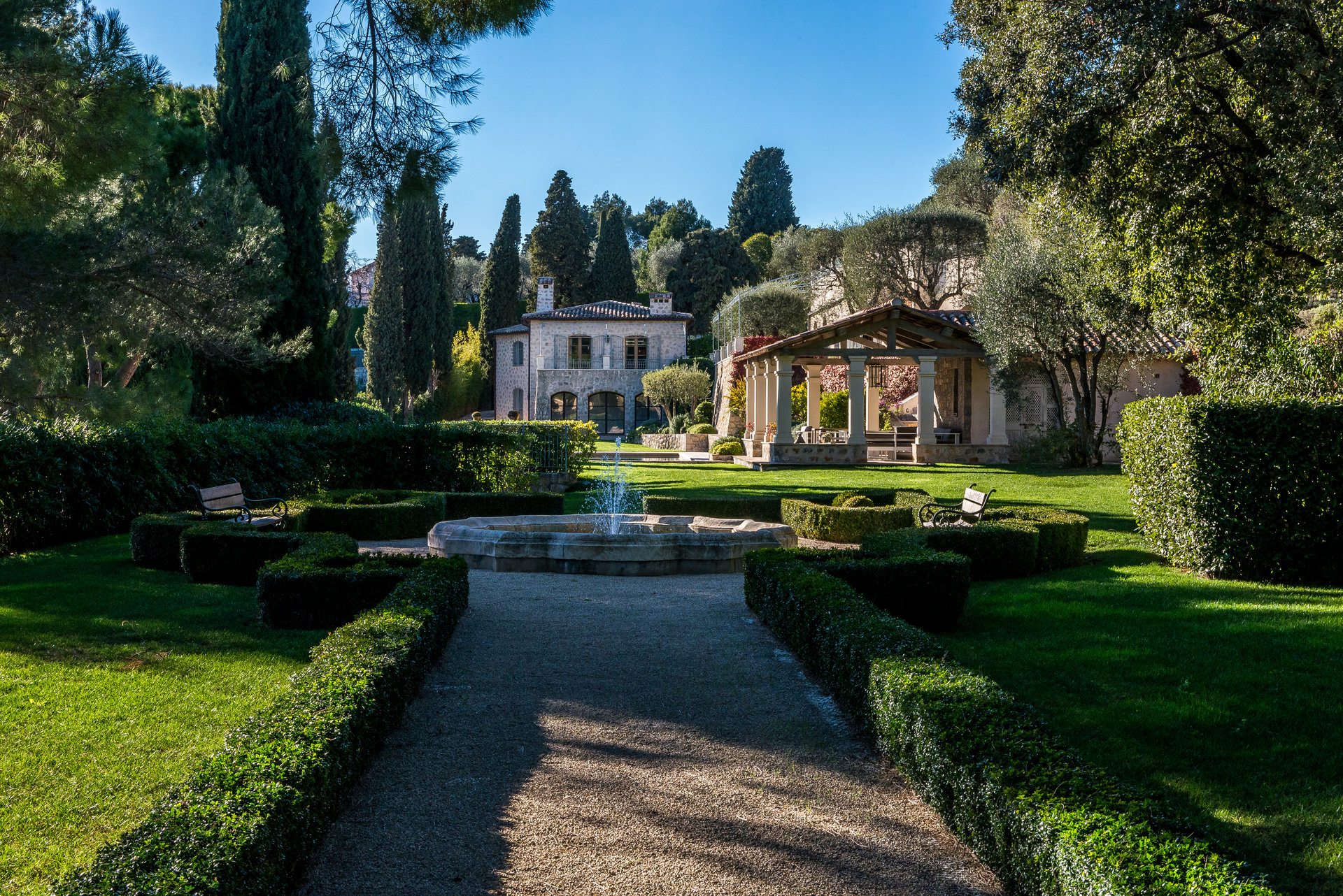Stunning property at walking distance from Mougins village.