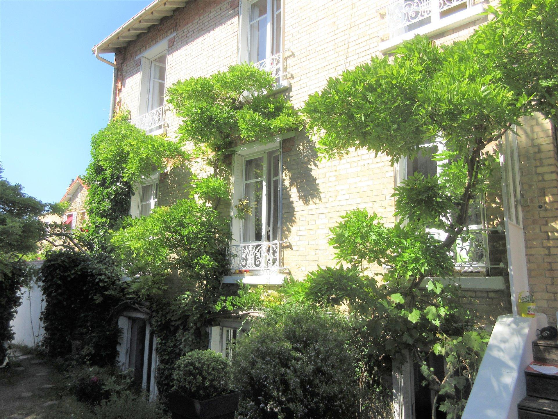 Chatou bas, 13  min à pied du RER pour cette maison ancienne pleine de charme.
