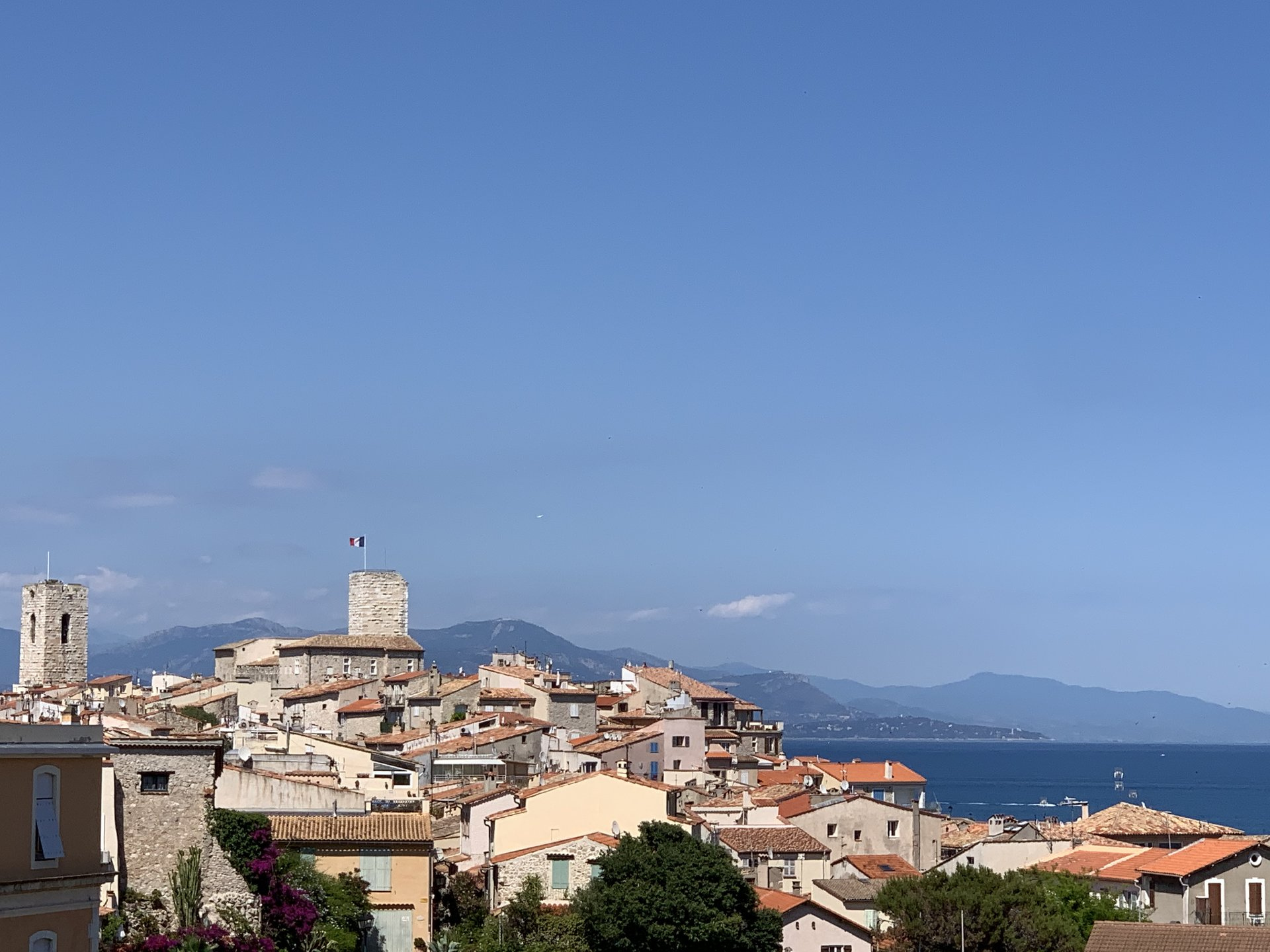 Two-bed apartment, sea view, 100 meters to the beaches in Antibes