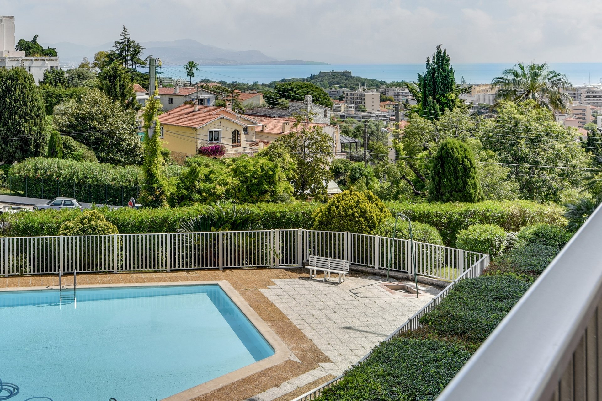 ANTIBES - Charming 2 bedroom flat in residence with pool, walking distance to centre