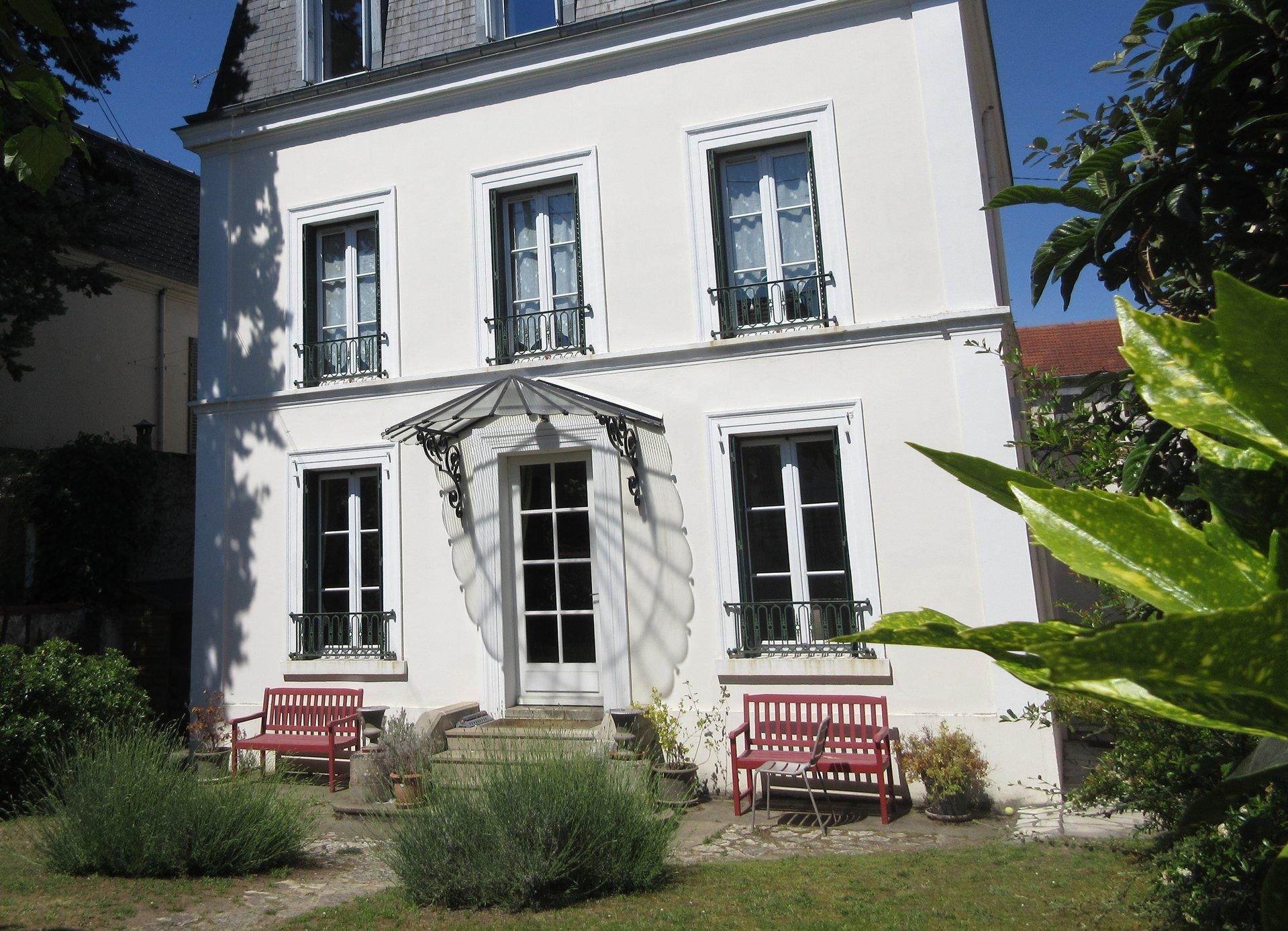 Située sur le bas de Chatou, maison type Mansard lumineuse et familiale.