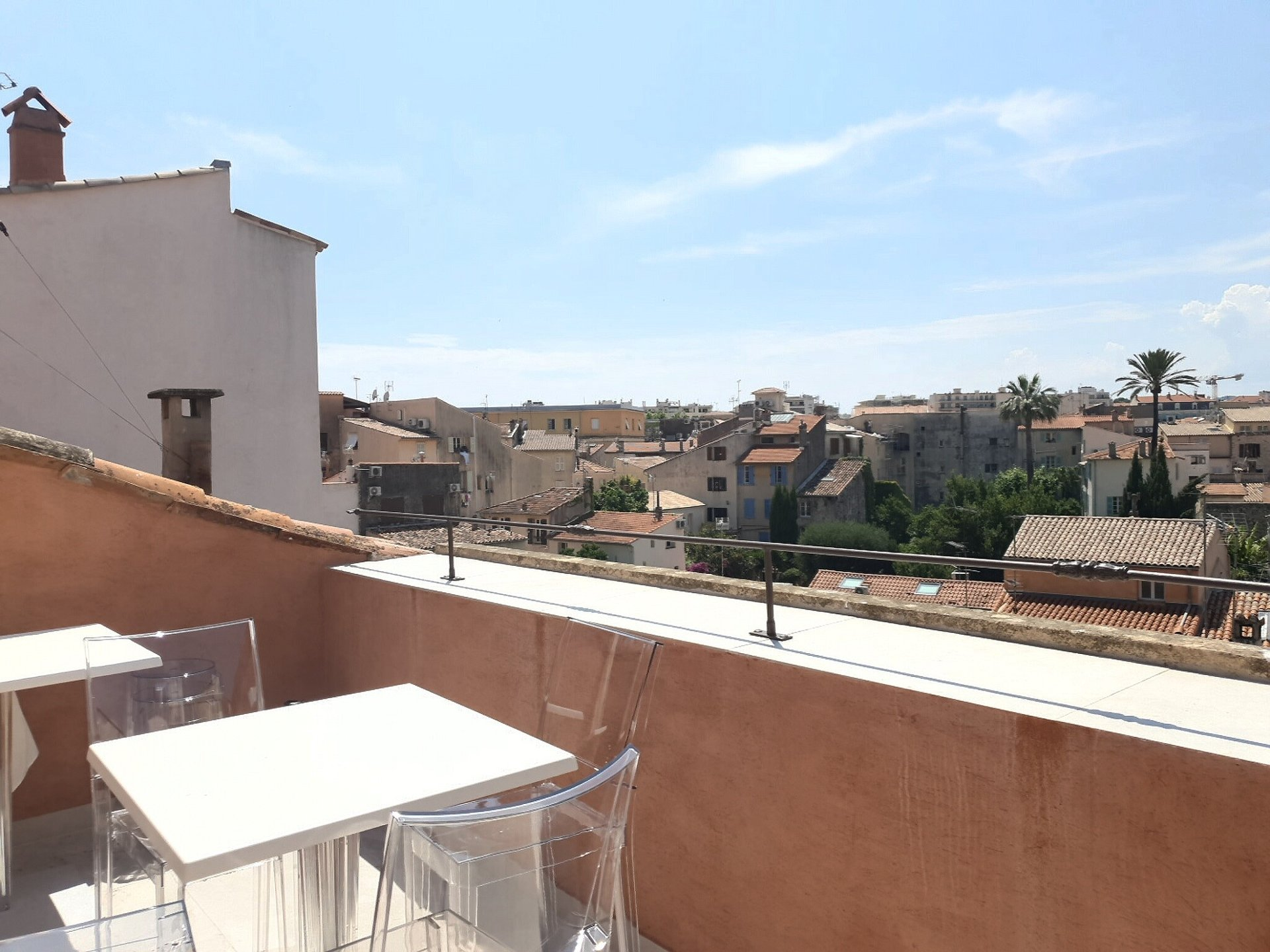 VILLAGE HOUSE IN THE OLD ANTIBES - 3 BEDROOMS 80 M2