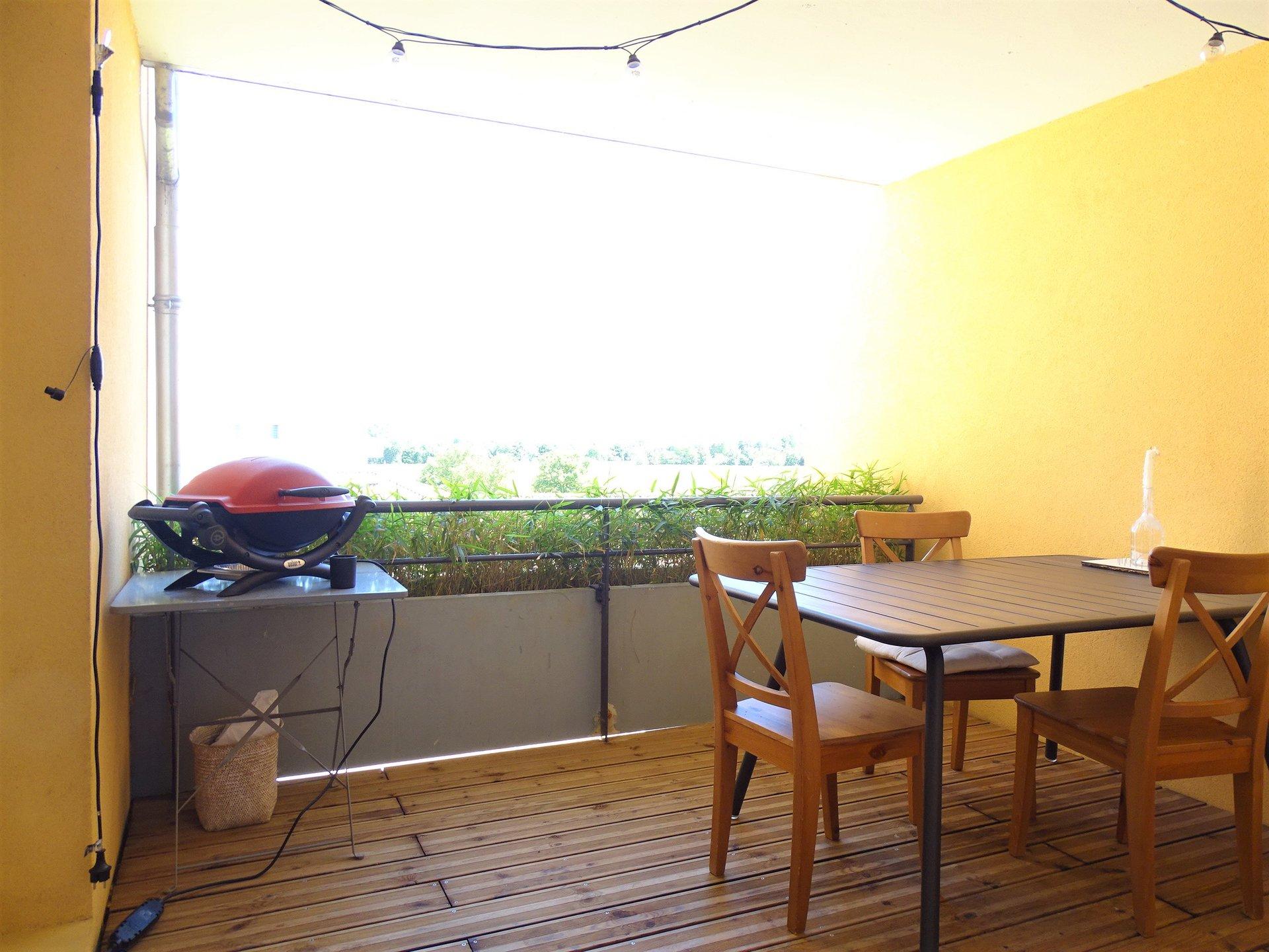 Saint Laurent sur Saône - à 10 mn à pied du centre ville de Mâcon tout en étant dans un environnement sans nuisances, superbe appartement totalement rénové.  Au 2ème étage d'une copropriété bien entretenue, ce bien se compose d'une belle pièce à vivre de 50 m², avec cuisine totalement équipée, d'une buanderie, de trois chambres de belles tailles dont deux donnant sur un balcon et d'une grande salle de bains. Le plus : une jolie terrasse avec vue dégagée sur la campagne. Pas de travaux à prévoir, appartement rénové avec goût et disposant de beaux volumes ! Coup de c?ur assuré ! Parking au pied de la copropriété.  Bien soumis au régime de la copropriété : charges de 180 ?/ mois comprenant le chauffage (compteurs individuels installés en 2019), l'entretien des espaces verts, l'électricité des parties communes, l'assurance de l'immeuble ?