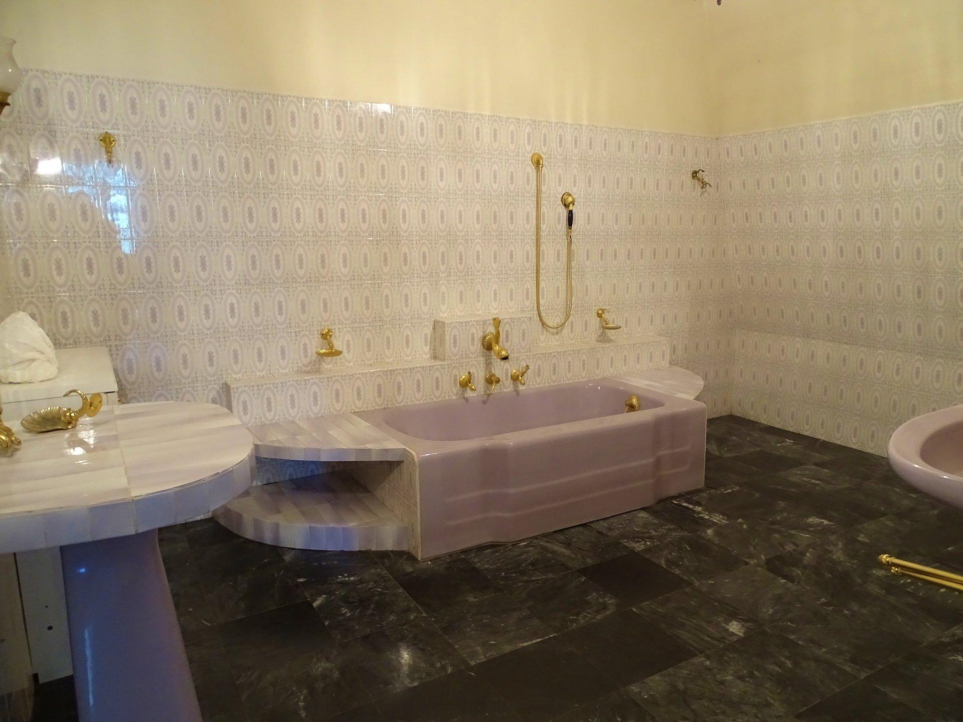 Située au calme, cette maison offre un réel cachet et un cadre de vie agréable sur un terrain de 1500 m² environ. D'une surface habitable de 172 m² elle offre de plain-pied un hall d'entrée desservant la cuisine, un salon, une salle à manger puis plusieurs volumes pouvant servir de chambre, de bureau ou même de salle de jeu. A l'étage, vous découvrirez une immense chambre avec son dressing et sa salle de bains de près de 12 m². A ce niveau, le dégagement dessert aussi 4 chambres supplémentaires de belles surfaces ainsi qu'une salle de bains. Sous sol complet avec atelier, chaufferie, cave, garage... Cette maison offre un réel potentiel qui ne demande qu'à s'exprimer et mérite réellement d'être visitée. Honoraires à la charge du vendeur.