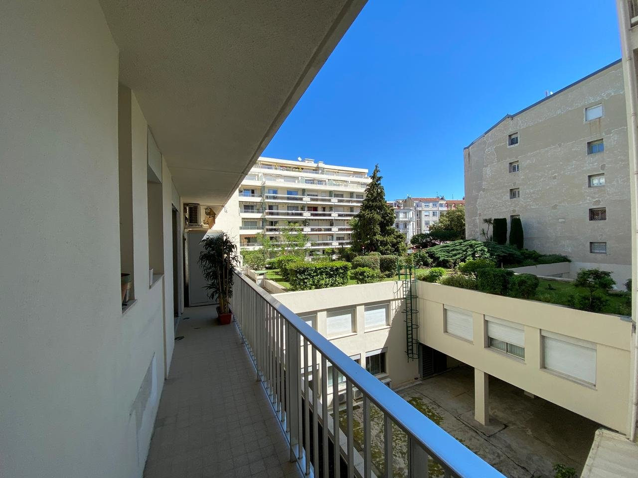VICTOR HUGO - 3 room apartment with EAST/WEST exposurewith terrace.