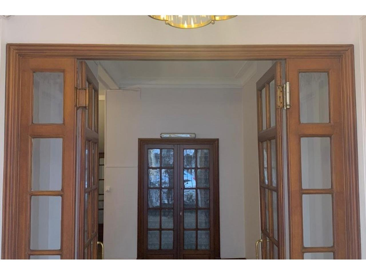 4-room apartment of 98.11 m2 on the 3rd floor in a bourgeois building.