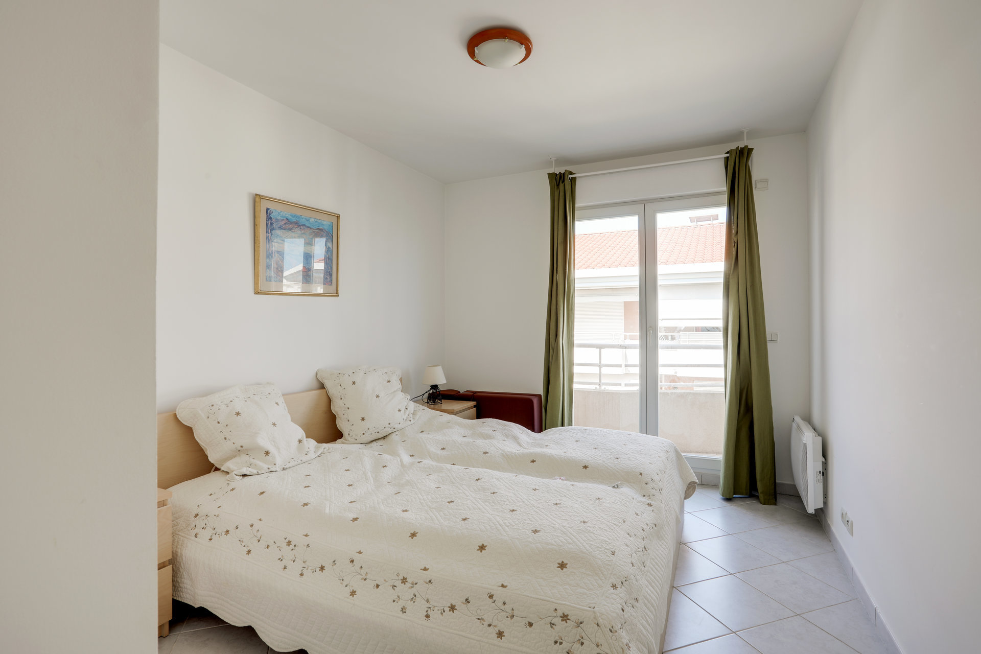 SOLE AGENT - Right on the beaches of Juan les Pins. Top floor with sea view