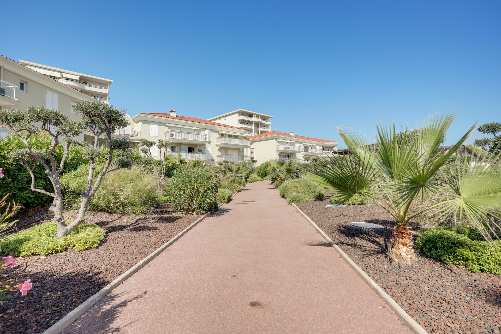 SOLE AGENT - Right on the beaches of Juan les Pins and Golfe Juan