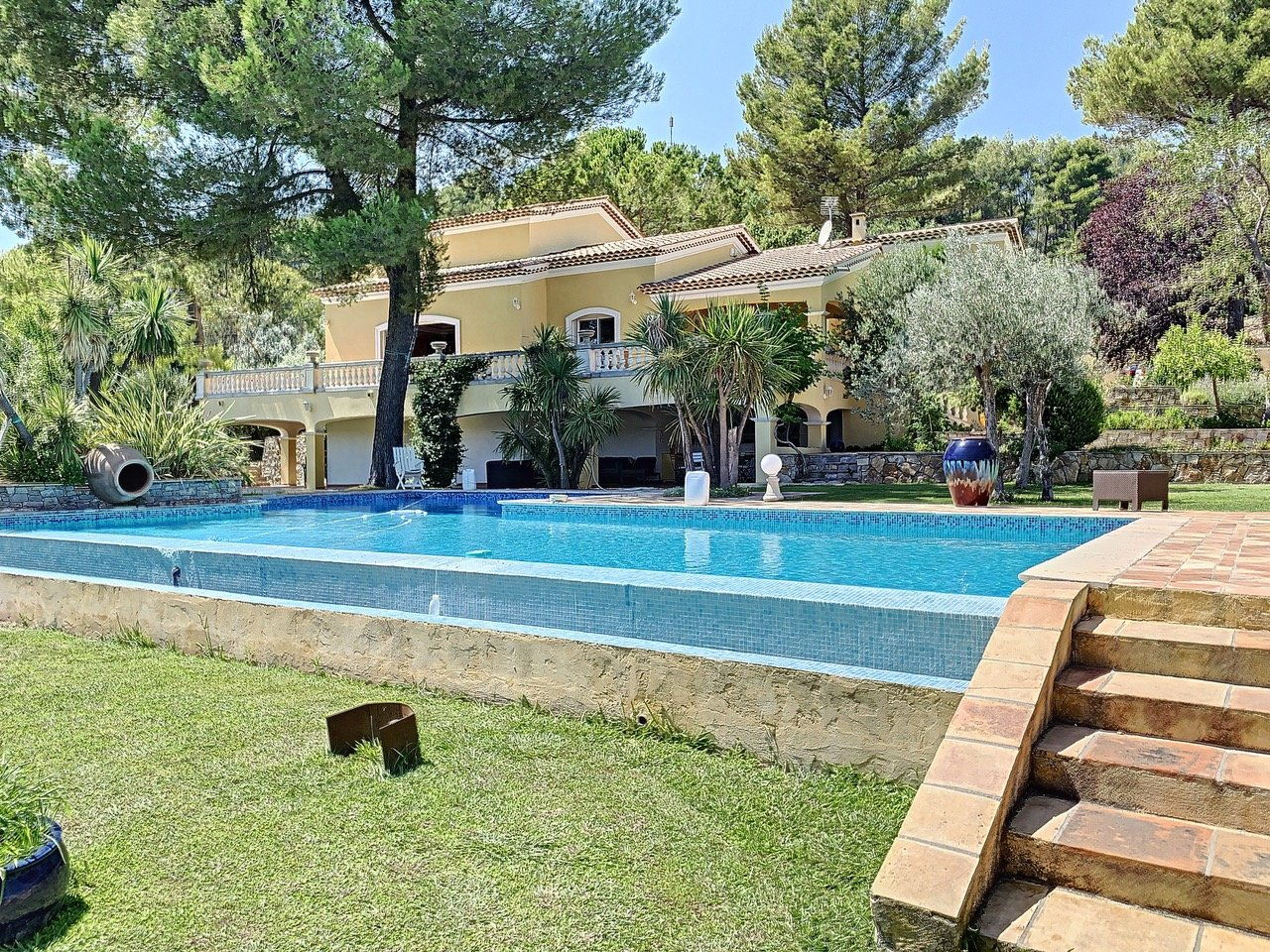 Caracter villa with view, pool and private tennis court