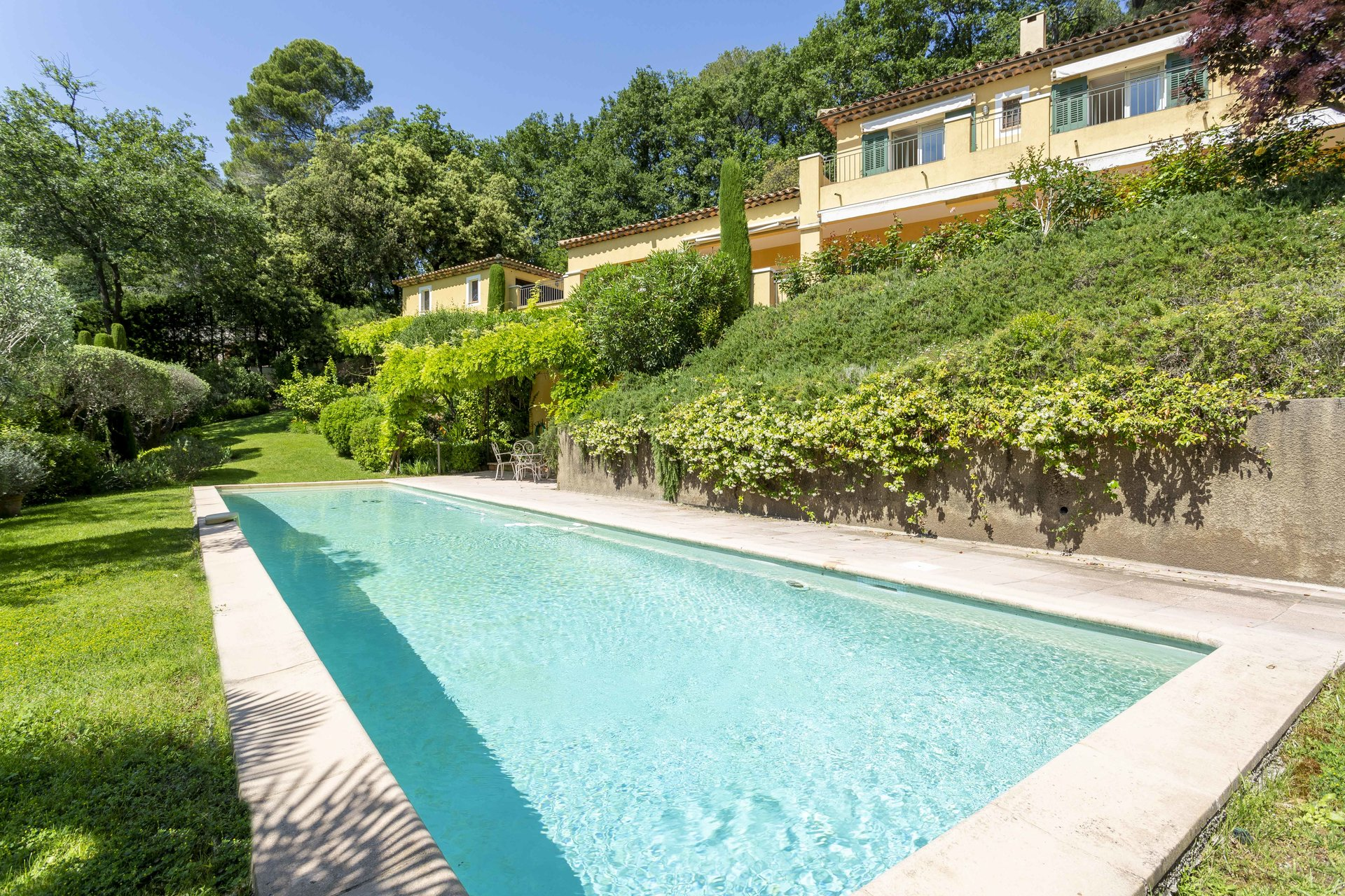 MOUGINS - AT THE HEART OF A REPUTABLE GOLF COURSE