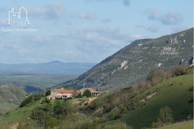A 20 mn de Millau propriété de 640 m2 Hab., entourée de 6 hectares de terre.