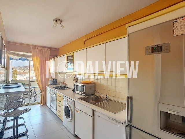 STUDENT rental : Large furnished 2 room apartment, rent all included, with private parking in the heart of Antibes-Juan les Pins