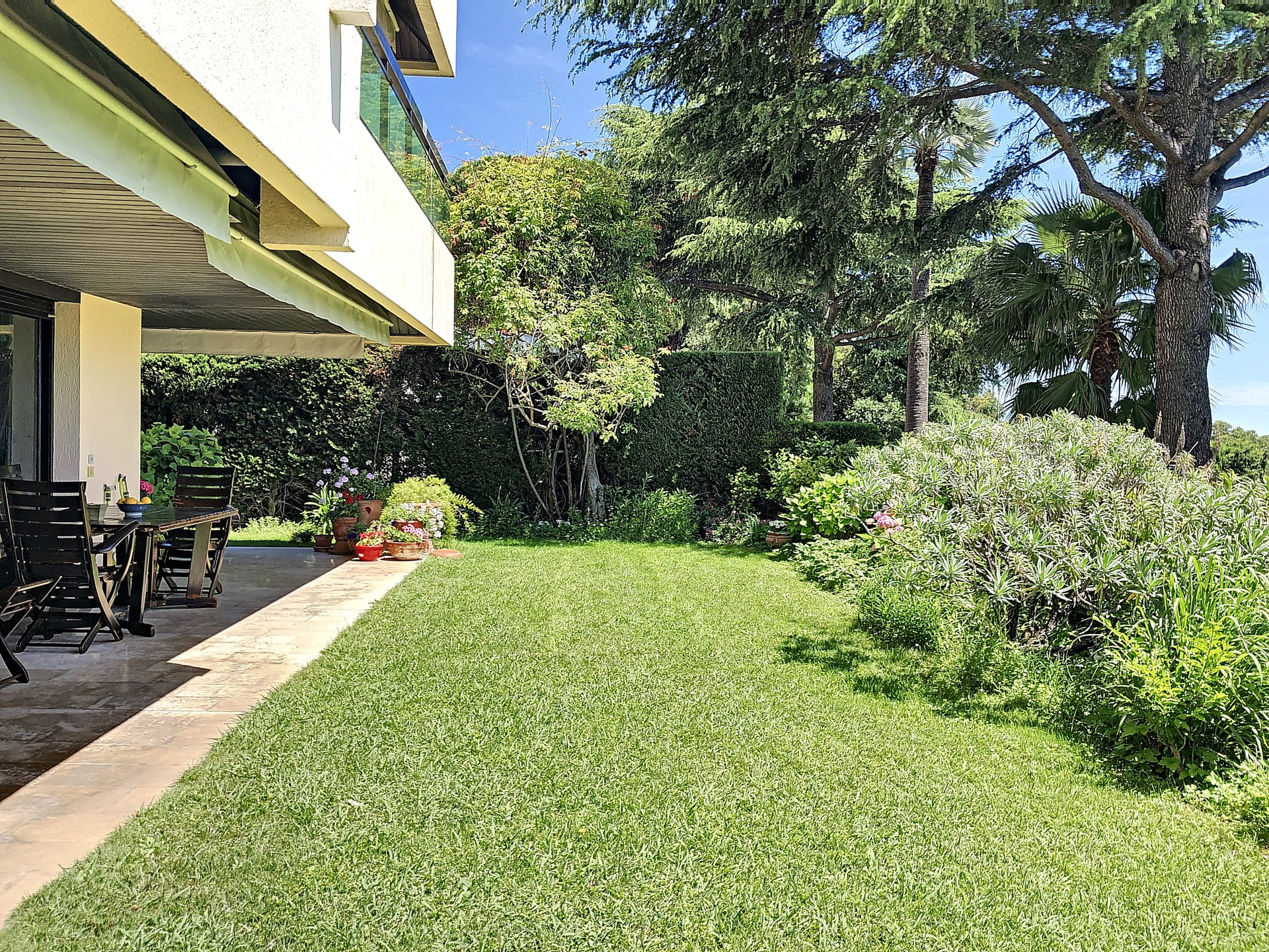 Cannes, California. Luxury residence. 5 rooms, ground floor with terrace and sea view.