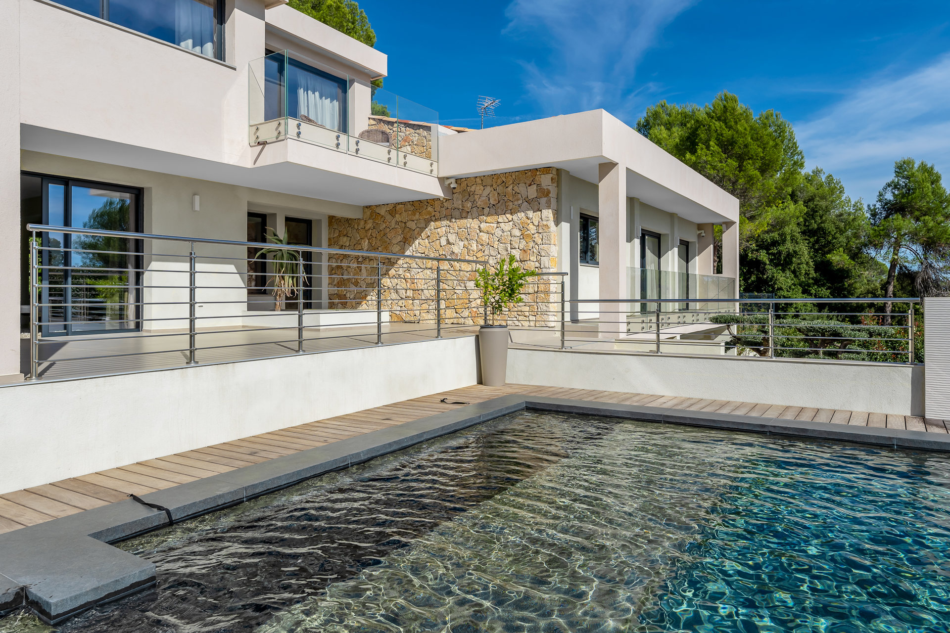 Superb Contemporary Villa, Swimming-pool, Jacuzzi and Garage