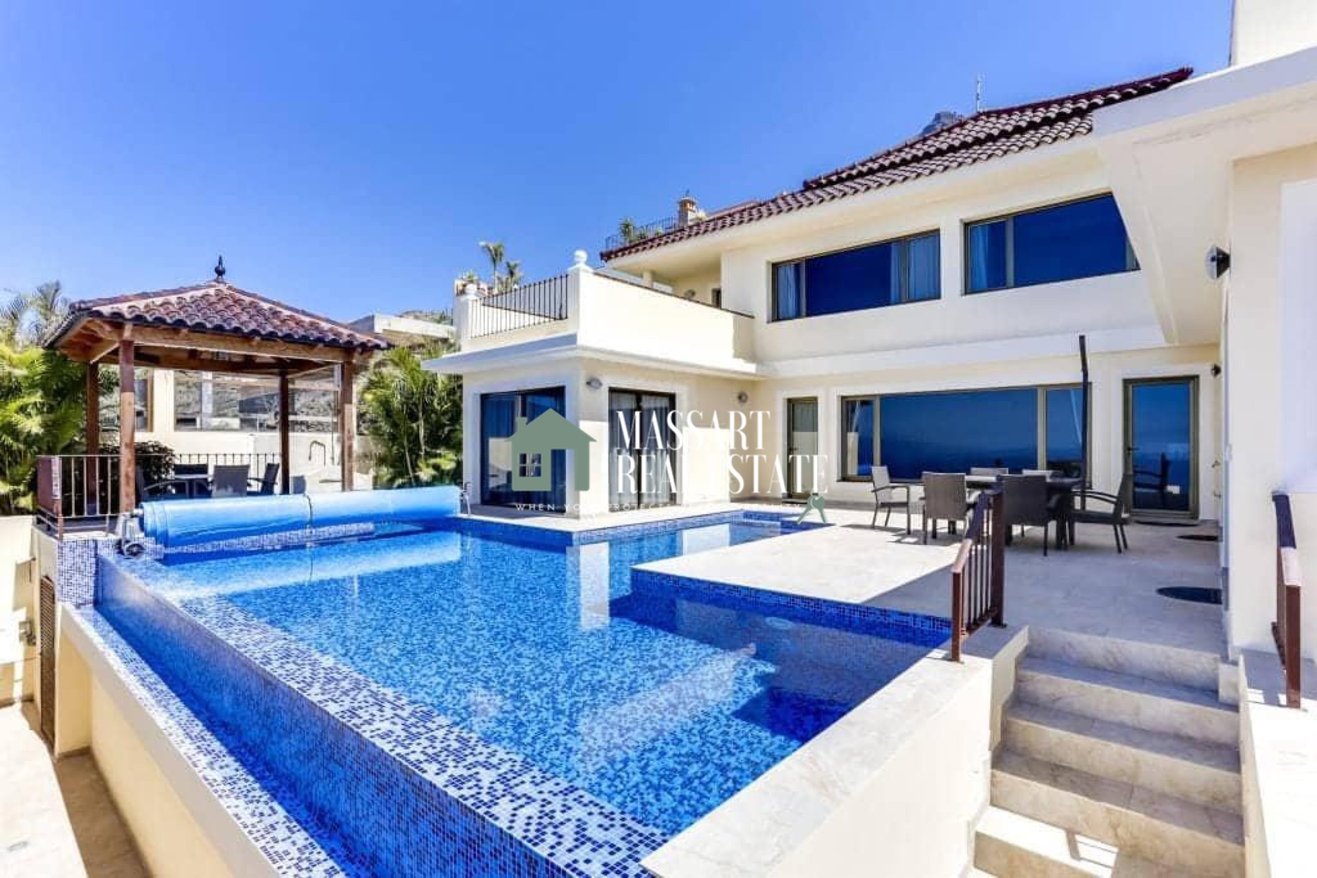 Luxury villa for sale in the popular area of Roque del Conde (Adeje) distributed in an area of 500 m2.