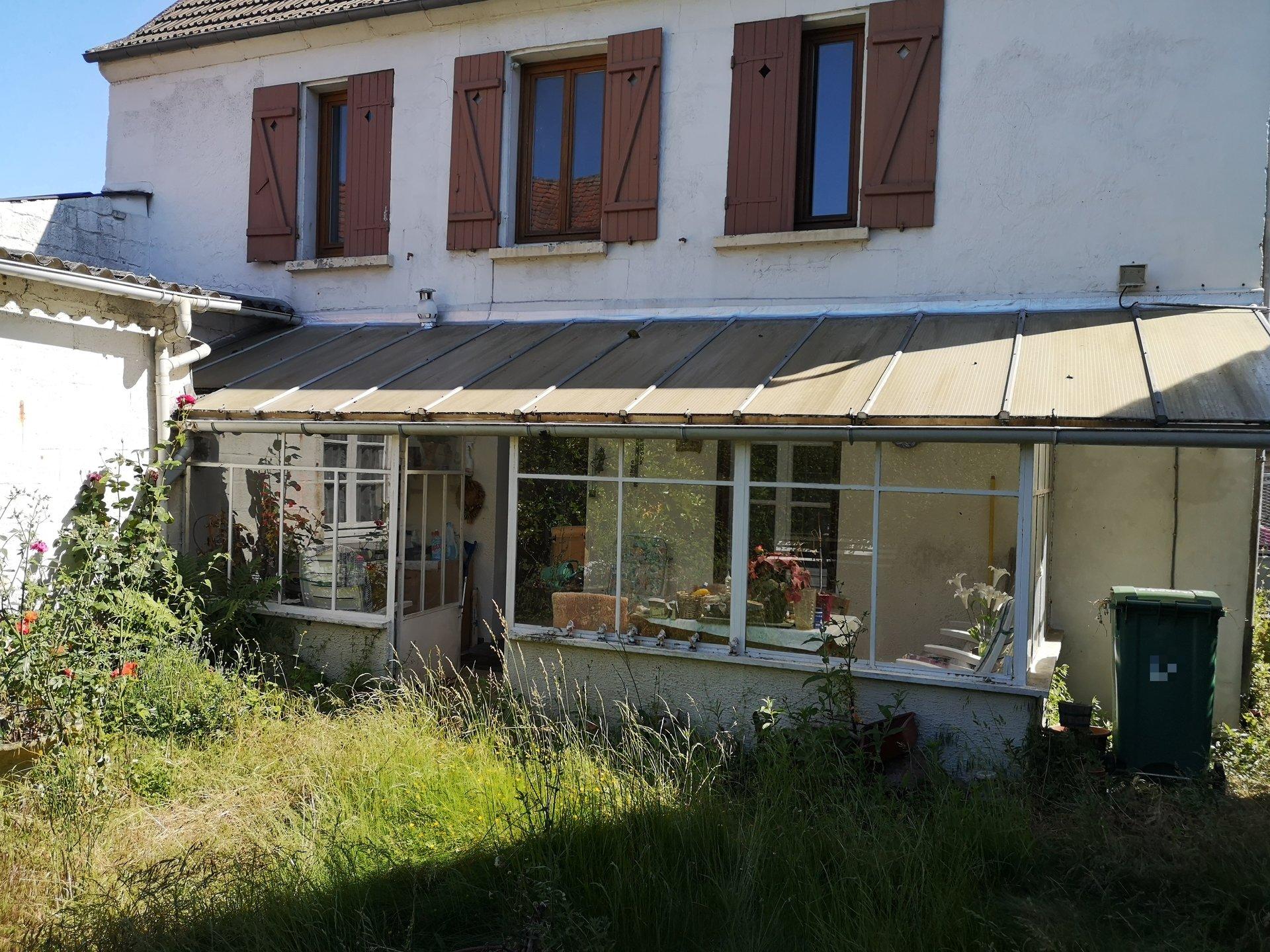 Une maison  en pierre avec garage à Montataire