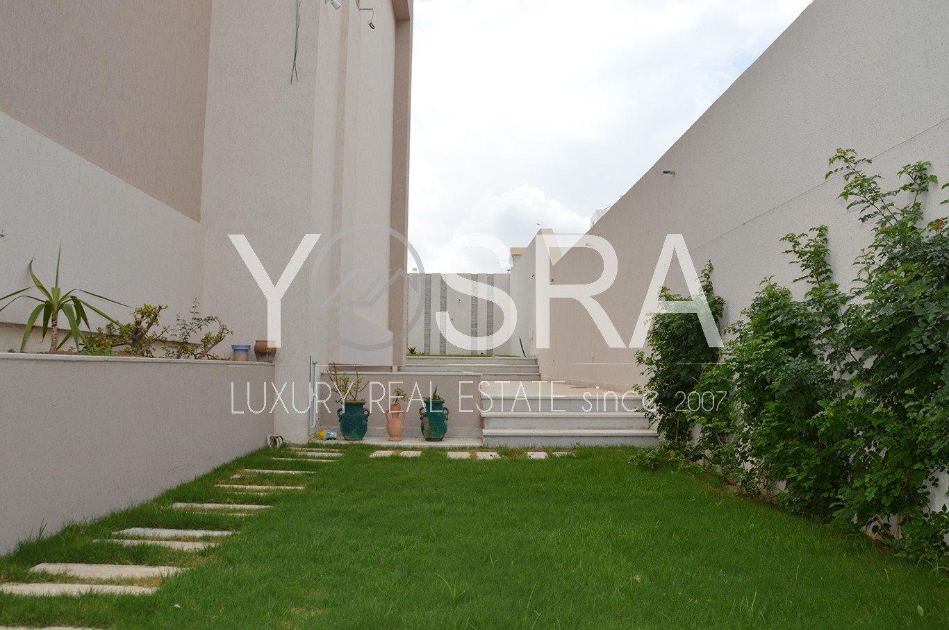 Villa avec piscine toute neuve la Soukra