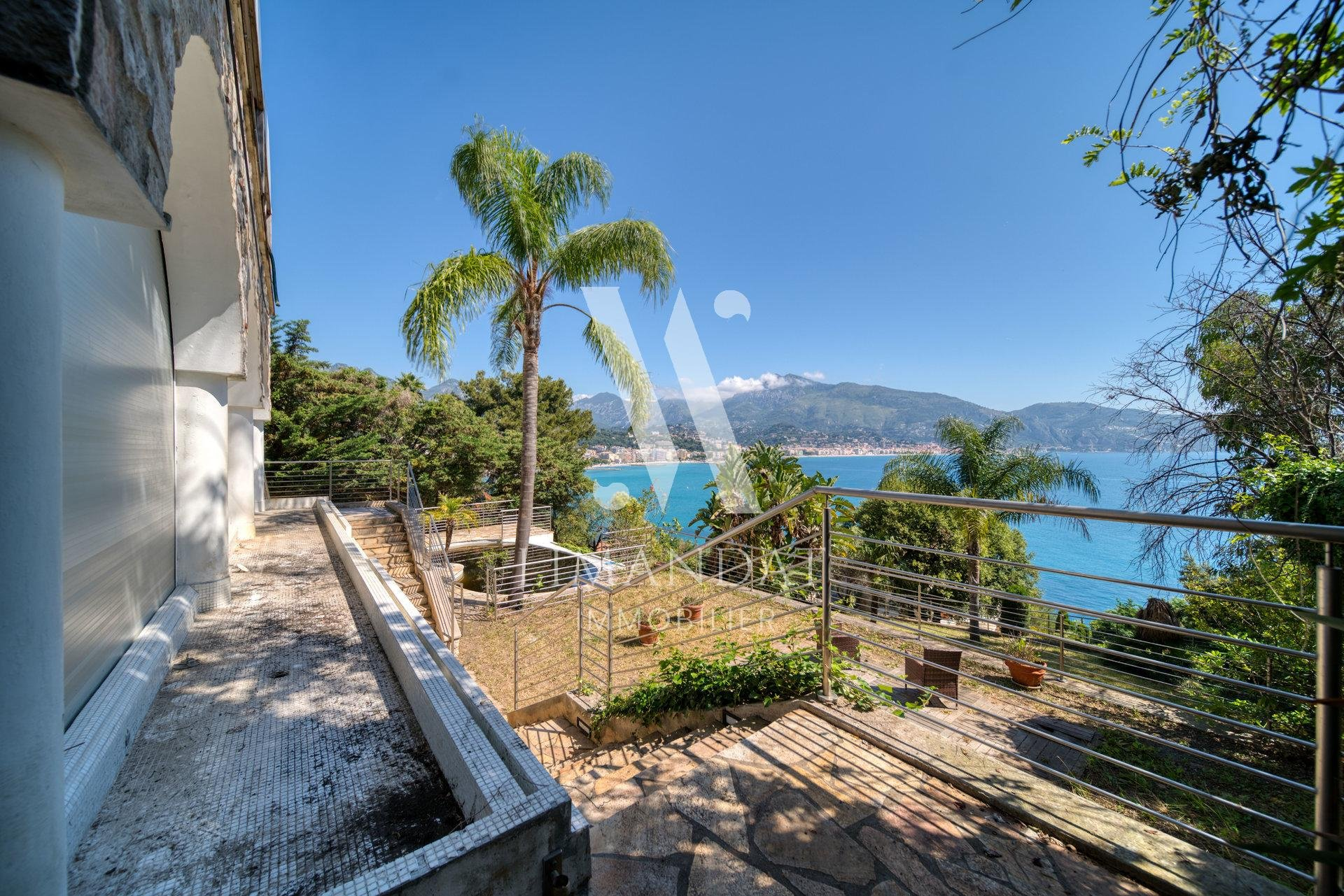 SOLE AGENT - Villa  to renovate with sea view on the Cap, land 1400m2