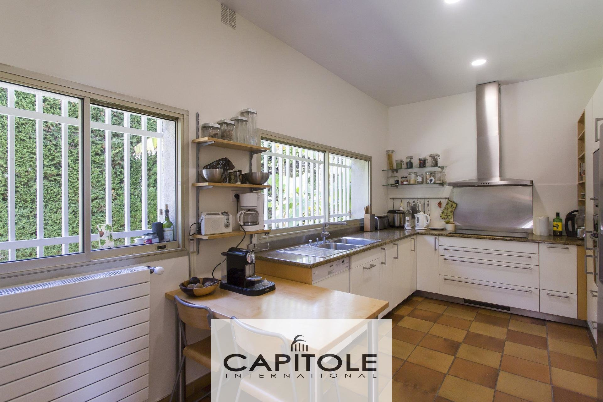 Antibes. with  5 bedrooms contempory   villa of 220 m² with pool