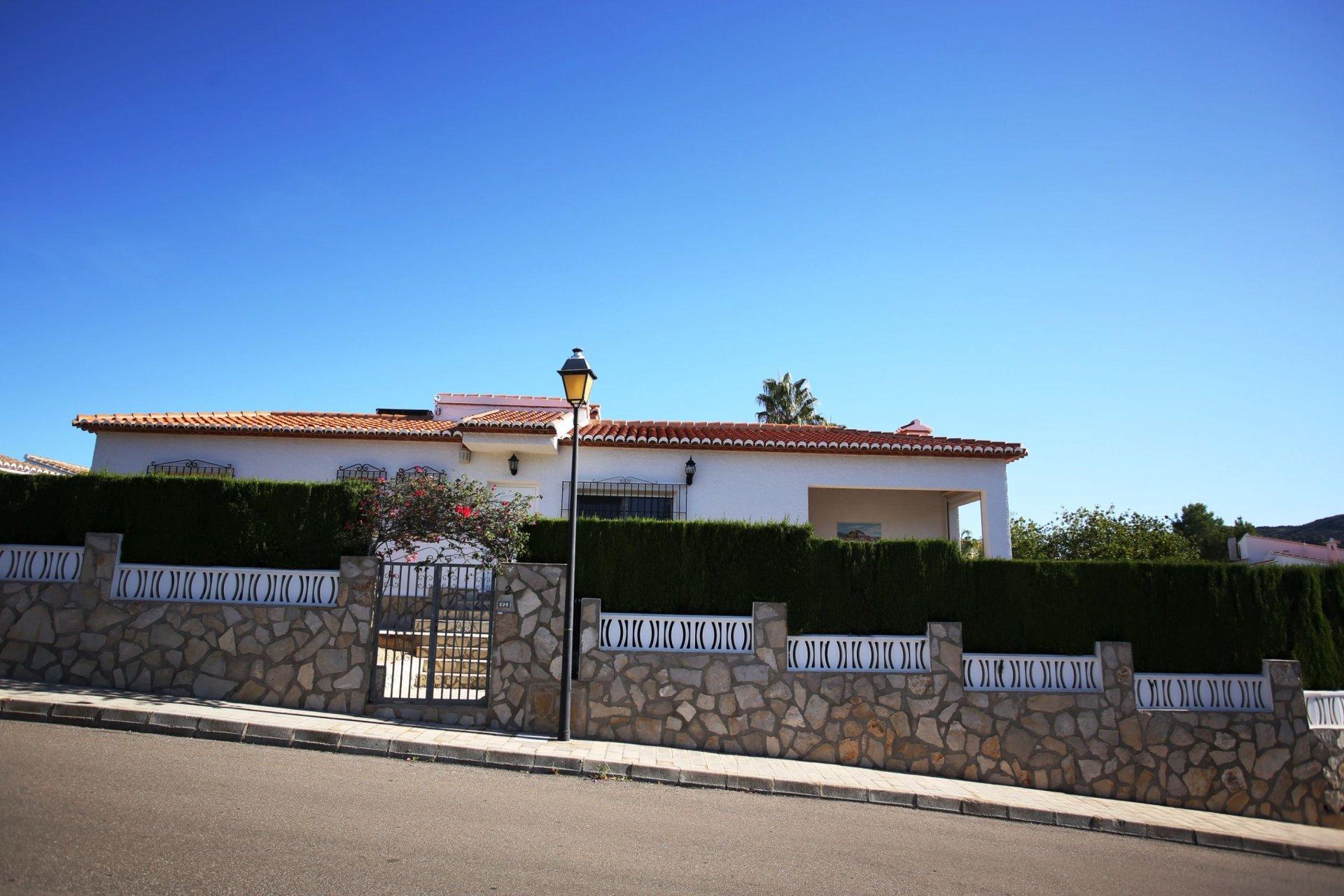 Detached villa on a south west facing corner plot