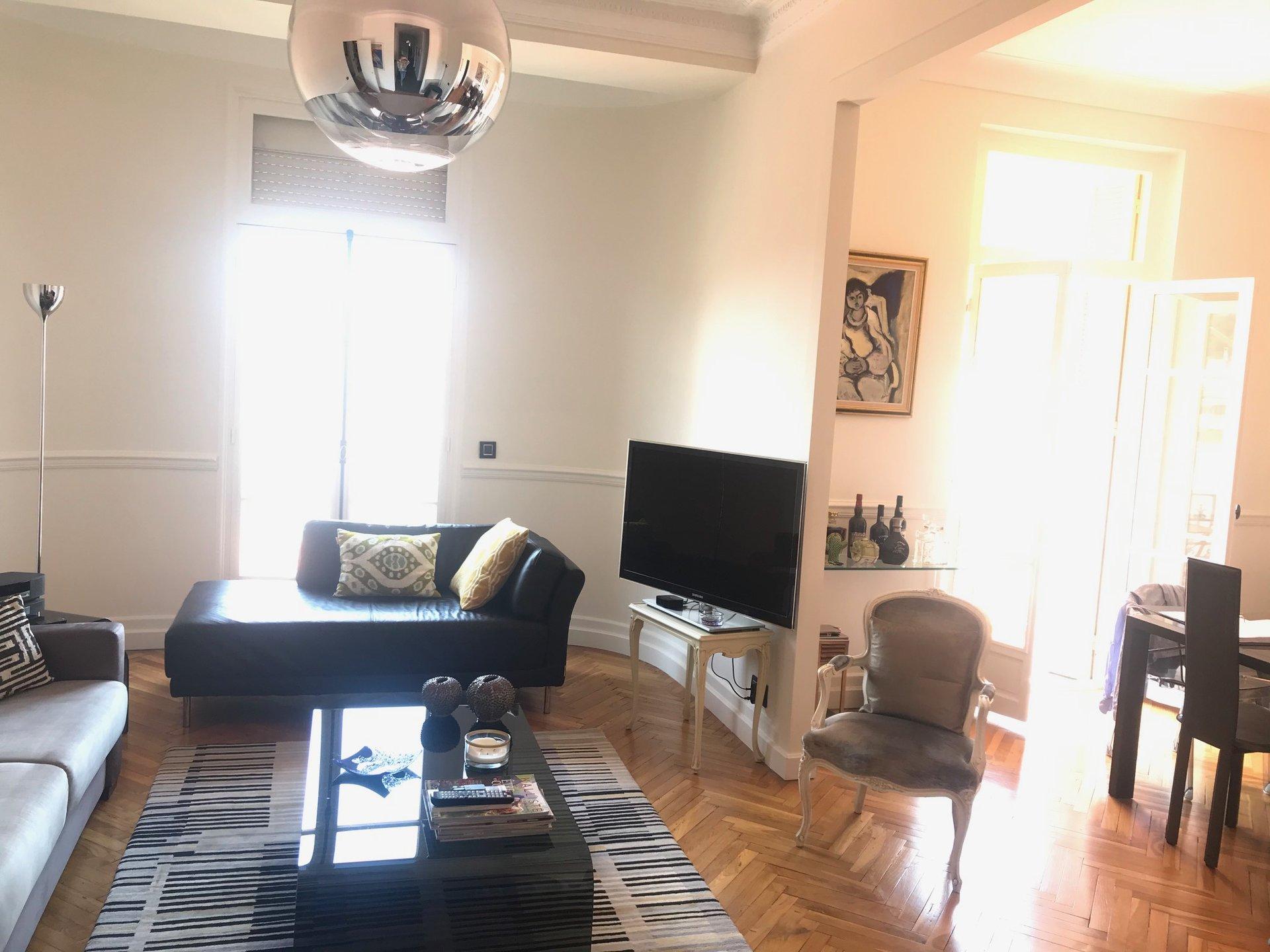 Centre Menton- Très bel appartement Bourgeois de 4 pièces  105m²- En étage élevé- Exposition Ouest Vue dégagée sans vis-à-vis-