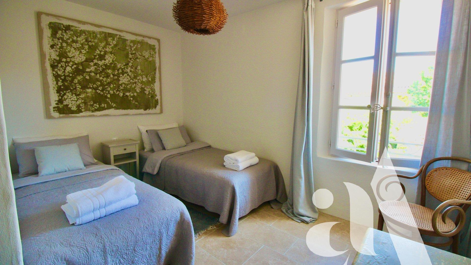vMAISON ELOISE- MAILLANE- PROVENCE-5 chambres- 10 personnes