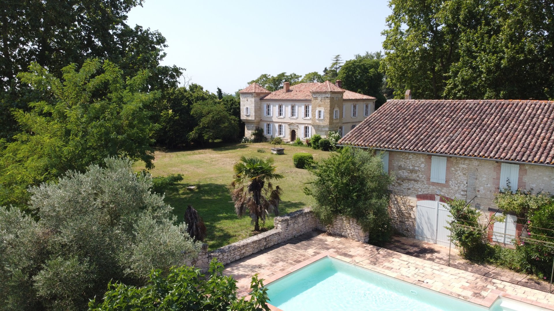 Charismatic small chateau in complete privacy