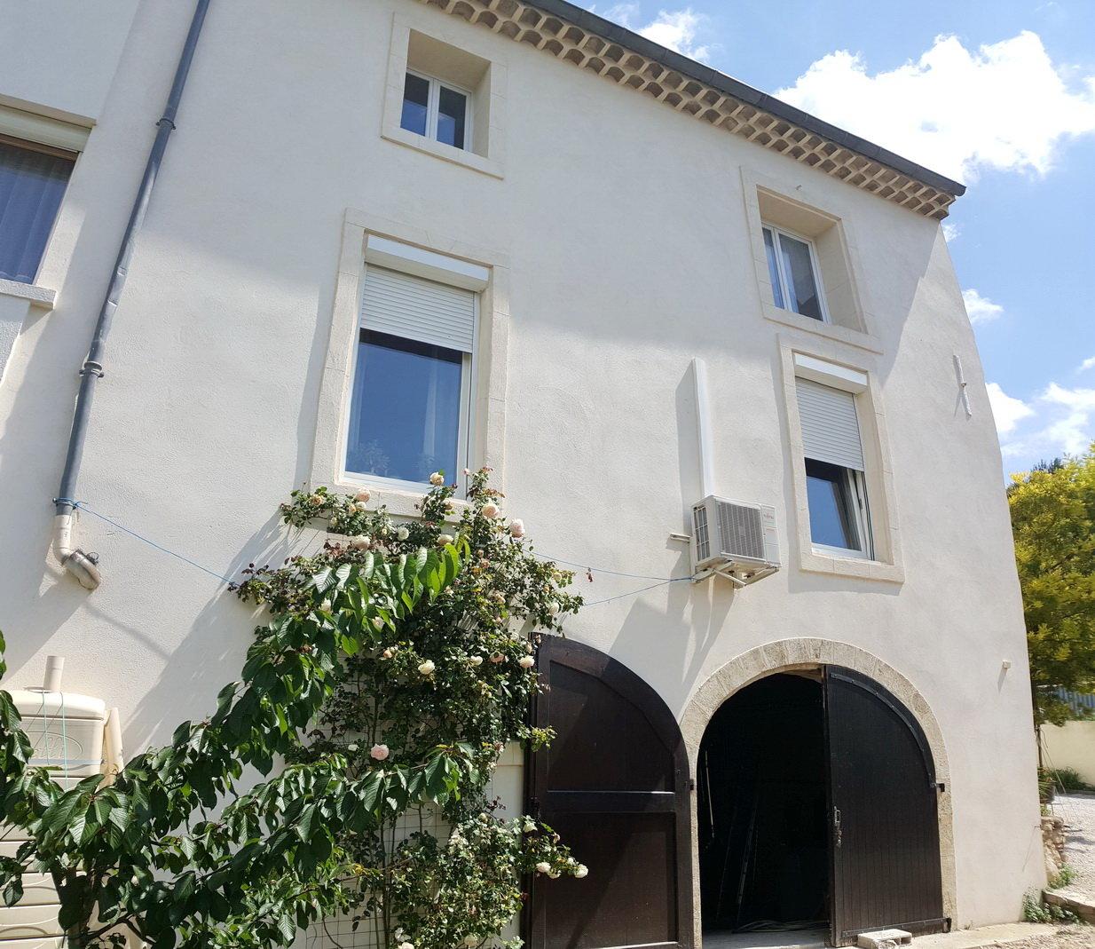Bekvämt vinbondehus med 3 garage, liten trädgård och terrass