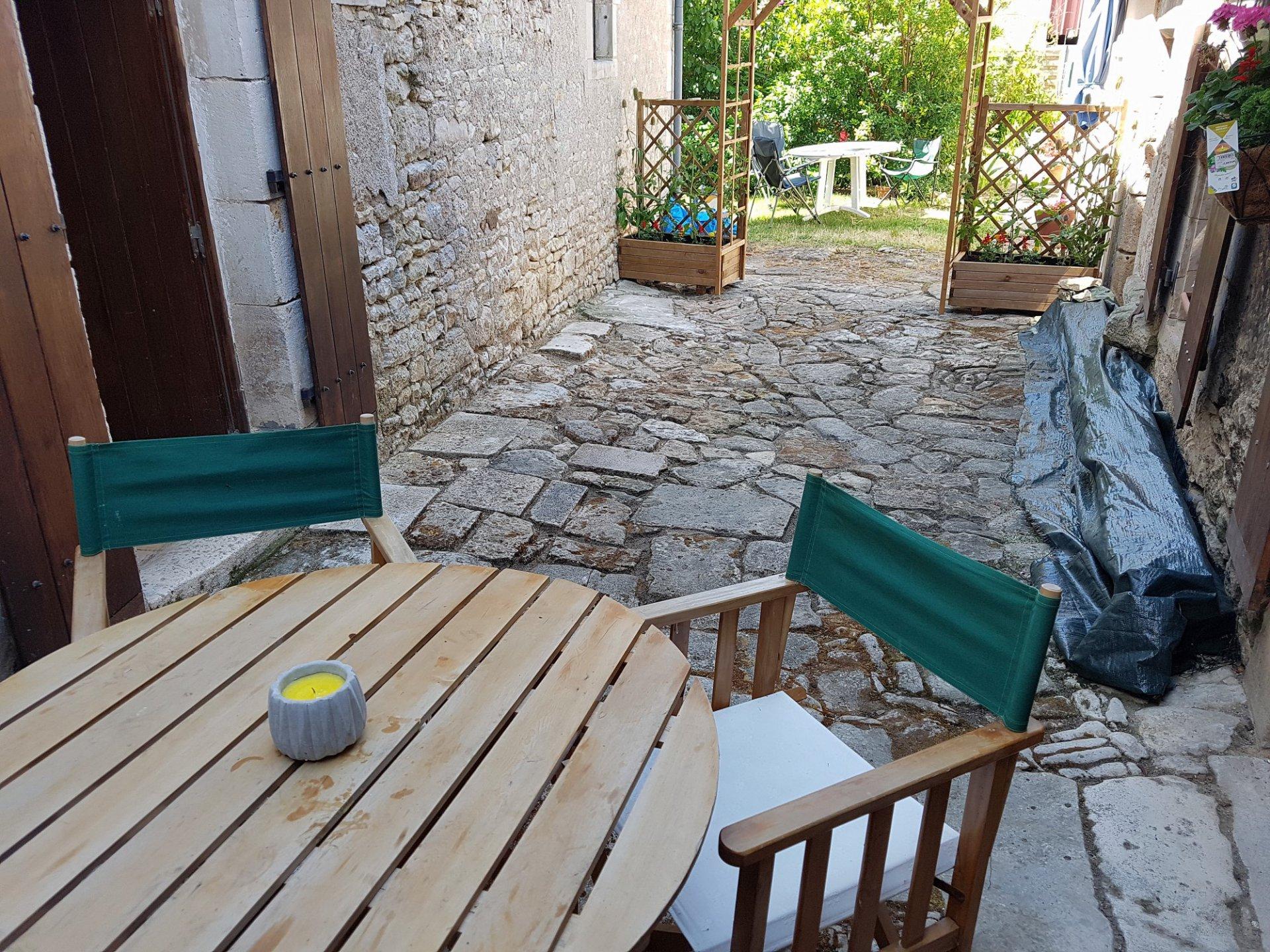 Nabij St Savin: mooi dorpshuis met garage