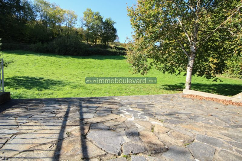 Ruim natuurstenen huis met mooie tuin en terras