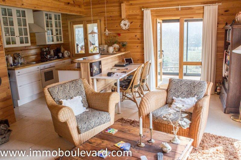 Schitterend houten huis op prachtige locatie met weids uitzicht.